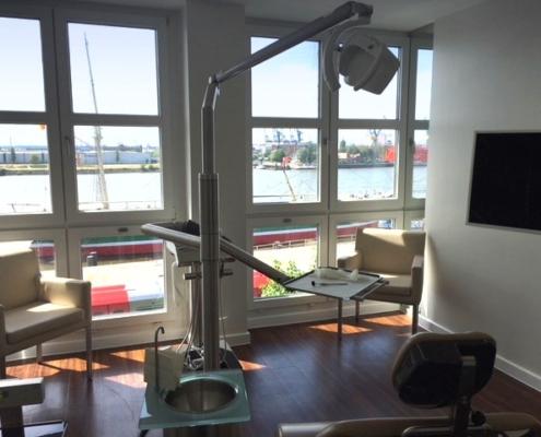 Blick aus einem Behandlungszimmer der Oralchirurgie am Hafen