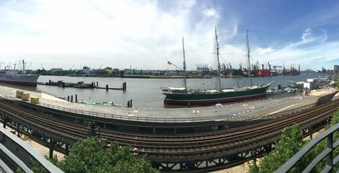 Ausblick aus der Oralchirurgie am Hafen auf die Rickmer Rickmers an den Landungsbrücken Hamburg